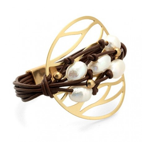 Tulum Bracelet | Leather bracelet with pearls on a golden medal by MAR BCN